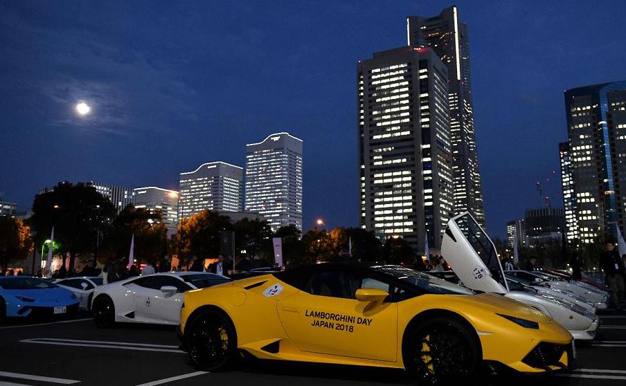Automóveis da marca Lamborghini são exibidos em um estacionamento em Yokohama, no Japão.