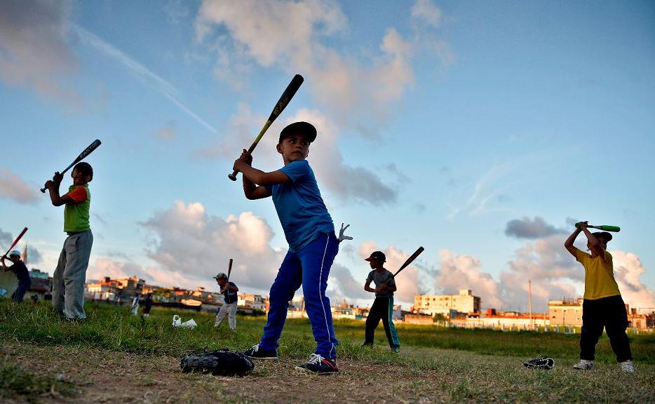 Crianças cubanas praticam beisebol em um campo de Havana. O futebol passou o beisebol na preferência das crianças e jovens em Cuba, onde o último foi rei por quase 150 anos.