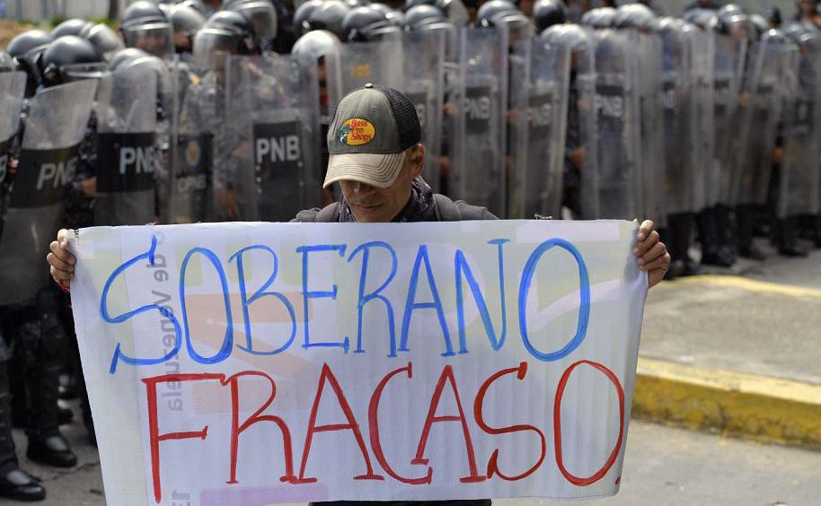 Estudante da Universidade Central de Caracas em confronto com a polícia de choque, durante uma manifestação no dia do estudante.