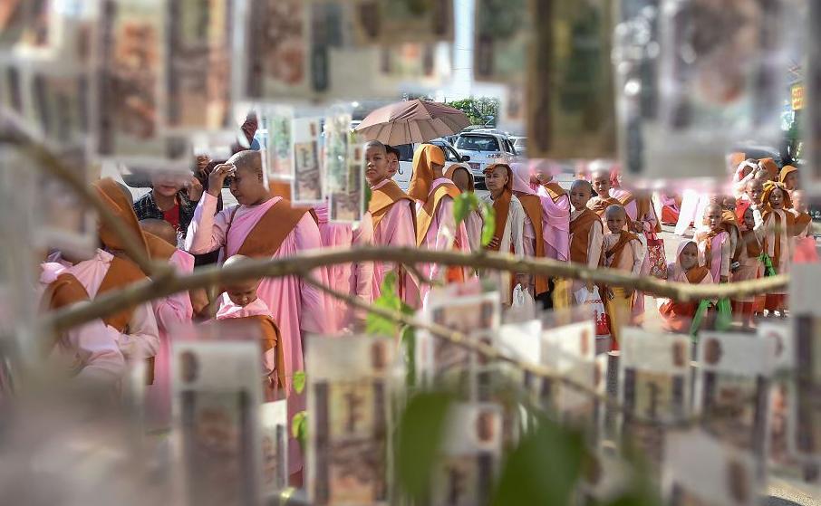 Monges novatos buscam doações durante festividades religiosas budistas em Yangon , em Mianmar.