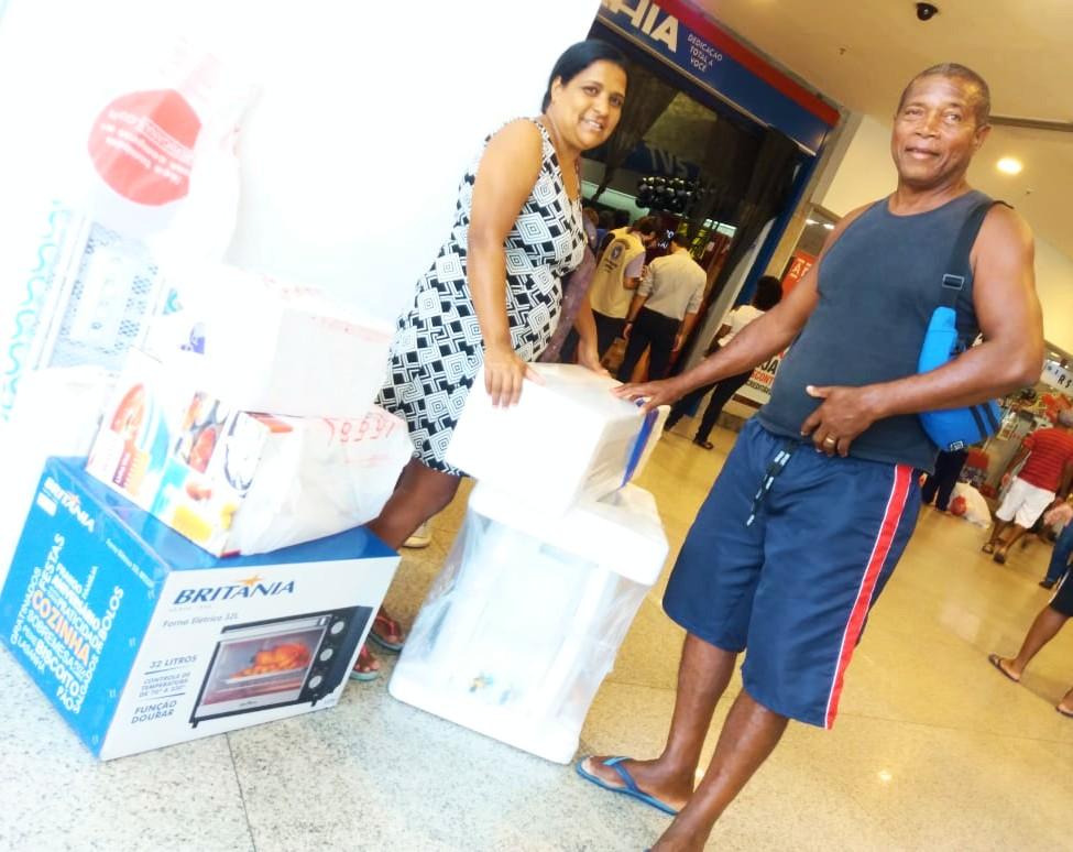 f2693479ac De joelhos no meio do shopping