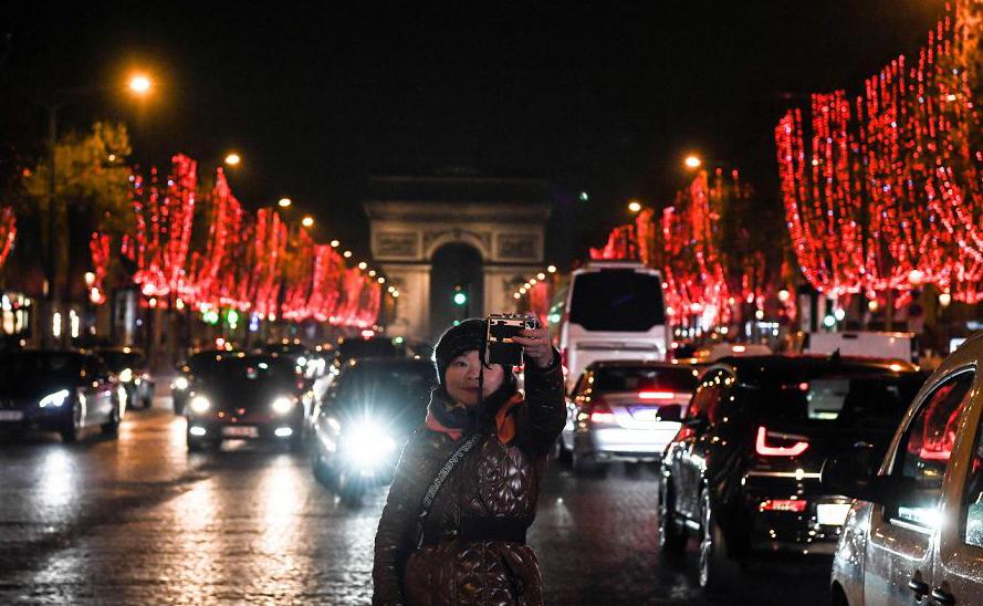 Selfie na Avenida Champs-Elysées, em Paris.