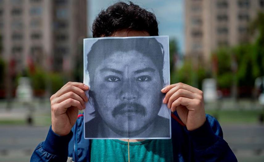Artista chileno faz homenagem ao índio Mapuche Camilo Catrillanca quem foi morto a tiros em uma operação da polícia na região de Araucania último 14 de novembro. A performance acontece em fente ao La Moneda, em Santiago.
