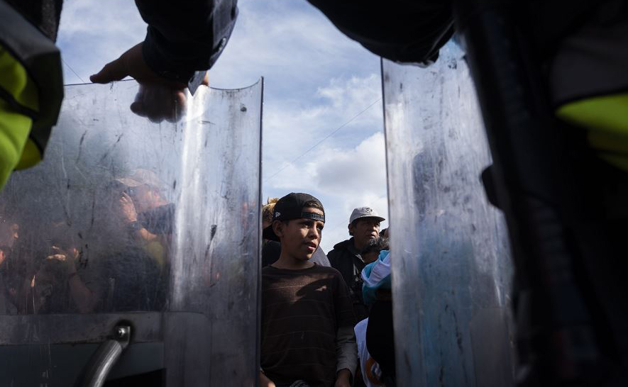Manifestação dos migrantes centro-americanos que se deslocam para os Estados Unidos para pedir as autoridades norte-americanas que permitam o pedido de asilo, em El Chaparral, Tijuana, estado de Baja California, México.