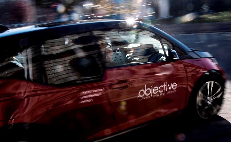 """Um carro usando a tecnologia de condução autônoma, desenvolvida pela companhia alemã de engenharia de software e hardware """"Objectivo"""" viaja com os passageiros, mas sem um motorista na cidade de Turim."""