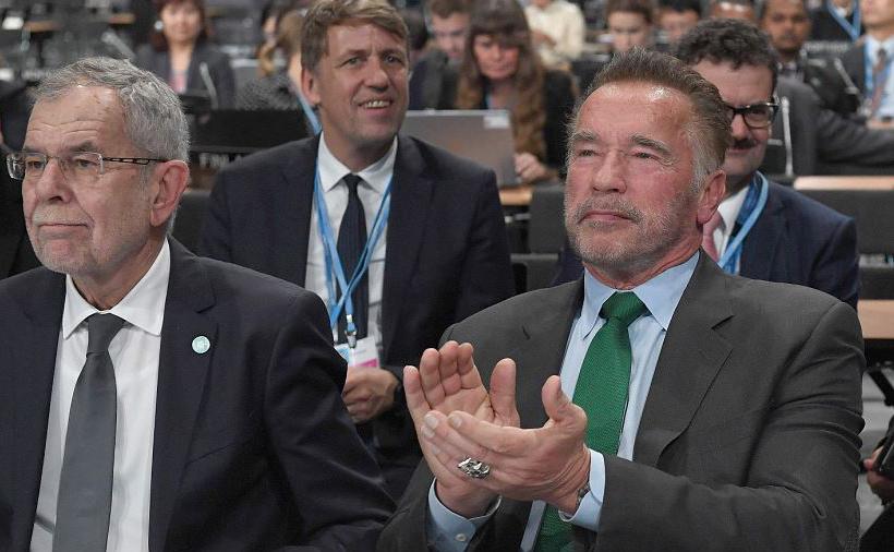 O Presidente austríaco Alexander Van der Bellen (E) e o ator norte-americano e ex-governador da California Arnold Schwarzenegger (C) participam do encontro COP24 sobre a mudança climática em Katowice, Polônia.