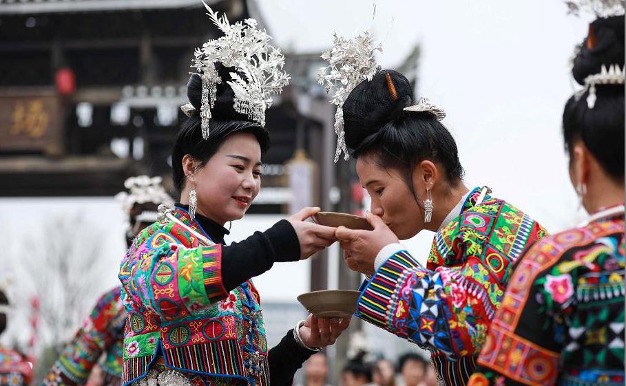 Mulher da minoria étnica Miao oferece um brinde durante o Festival de Jiyou em Danzhai, na província de Guizhou sudoeste da China.