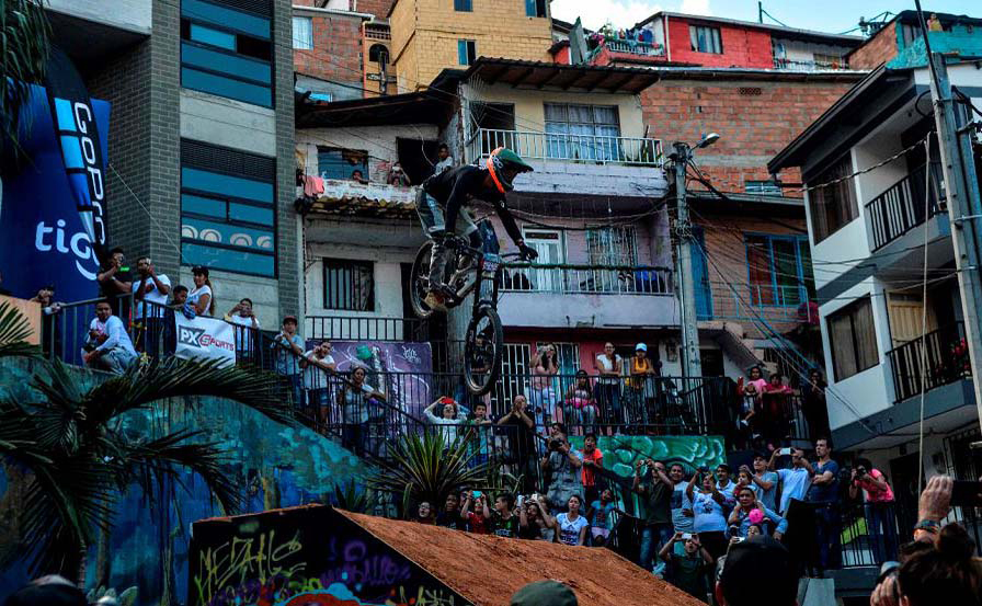 O Mountain biker mexicano Nicolas Cantu faz um salto durante o desafio Medellin na Comuna 13 neighbouhood em Medellín, na Colômbia. A competição tenta definir um novo recorde mundial para a mais longa pista de Downhill Urbano.