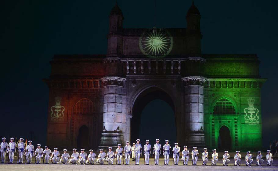 Marinheiros indianos ensaiam para as comemorações do dia da Marinha em frente ao Portal da  Índia, em Bombaim.
