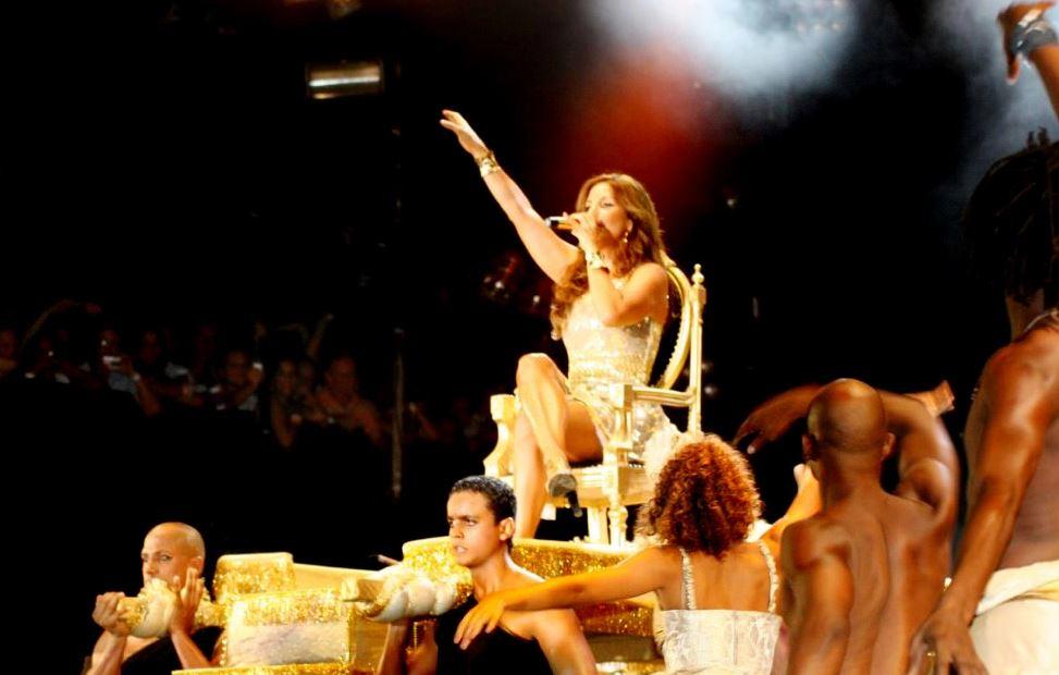 No ano de 2009, a cantora encarnou uma rainha e entrou no palco carregada em um trono dourado