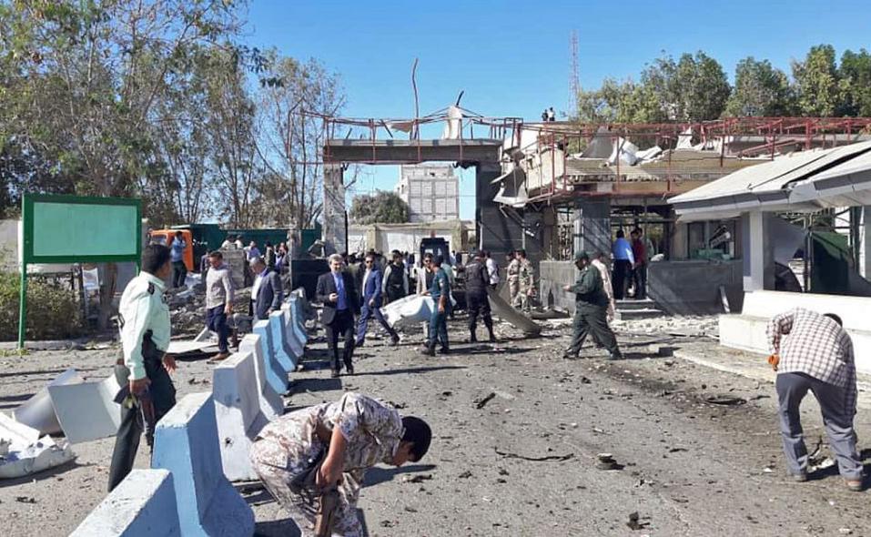 Um homem-bomba matou pelo menos duas pessoas em frente à sede da polícia na cidade de Chabahar  no Irã.