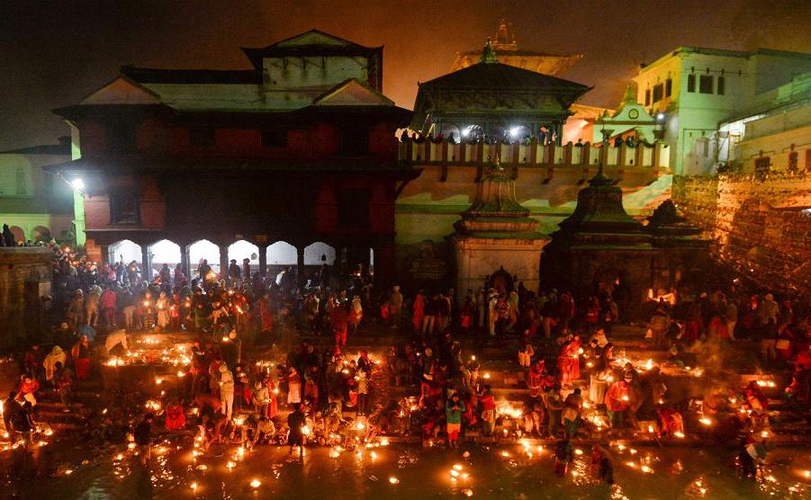 Hindus do Nepal acendem lâmpadas de óleo em memória dos membros da família falecidos durante o festival de Bala Chaturdashi no templo Pashupatinath em Kathmandu.