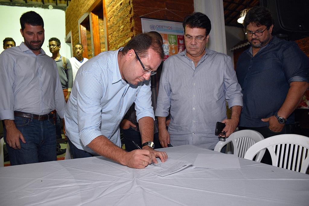 Prefeito Leonardo Dourado assina o decreto que cria a Comissão Municipal dos Objetivos de Desenvolvimento Sustentável