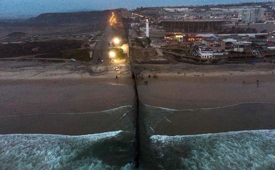 Vista aérea da fronteira entre o México e os Estados Unidos em Playas de Tijuana, estado de Baja California.