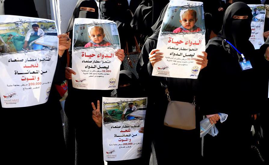 Manifestantes iemenitas protestam pela reabertura do Aeroporto de Sanaa em frente ao escritório das Nações Unidas, na capital Sanaa.