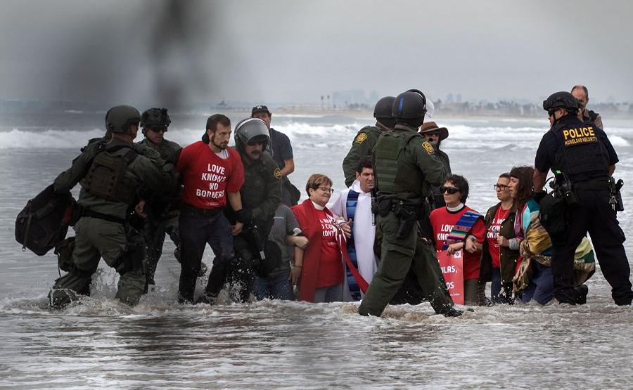 Ativistas pró-migrantes são presos ao largo da fronteira EUA-México em Imperial beach, no Condado de San Diego.