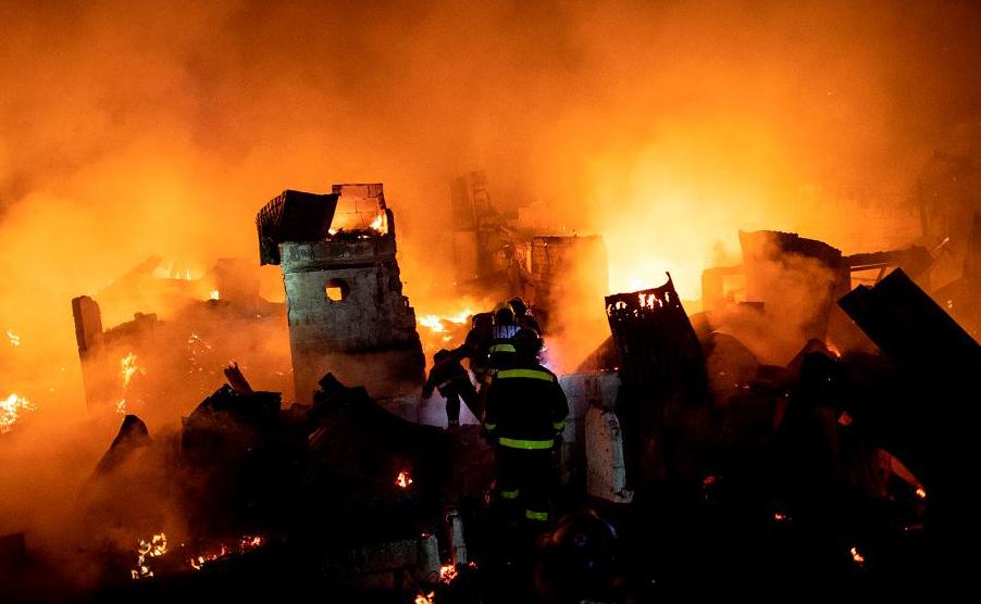 Bombeiros tentam apagar o fogo que engoliu uma área de favela em Manila, deixando cerca de 300 casas e 400 famílias desabrigadas.