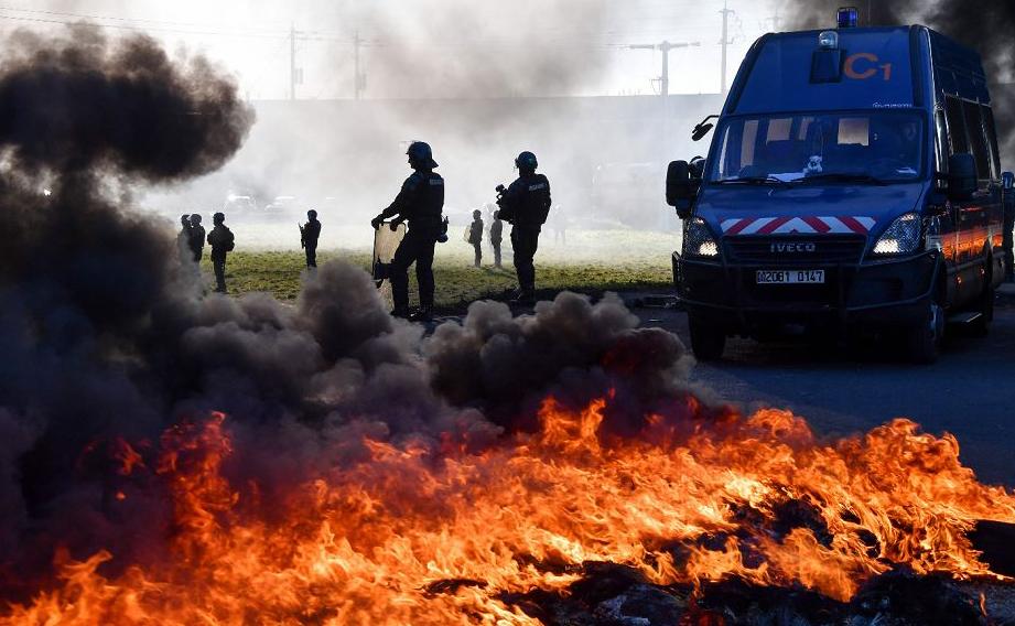 """Bloqueio de  manifestantes de """"Coletes amarelos"""" contra o aumento dos preços do petróleo e do custo de vida, em Aimargues, perto de Montpellier, no sul da França."""