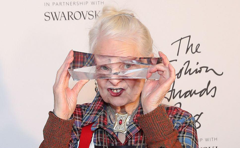A estilista britânica Vivienne Westwood posa com seu prêmio de relevância para a indústria da moda durante o British Fashion Awards 2018 em Londres.