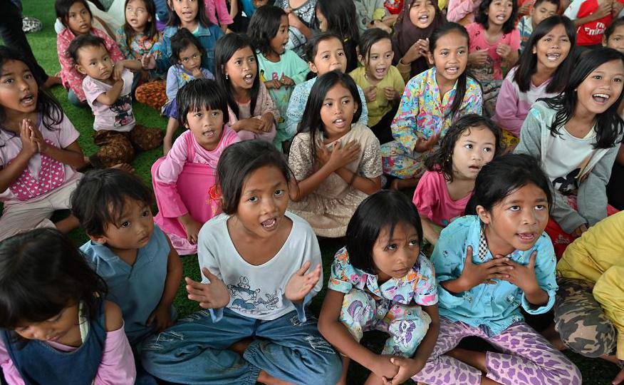 As crianças, afetadas pelo tsunami causado pelo vulcão conhecido como filho do Krakatoa participam de um programa de cura de trauma em Labuhan na província de Banten. Quase 22.000 pessoas foram evacuadas.