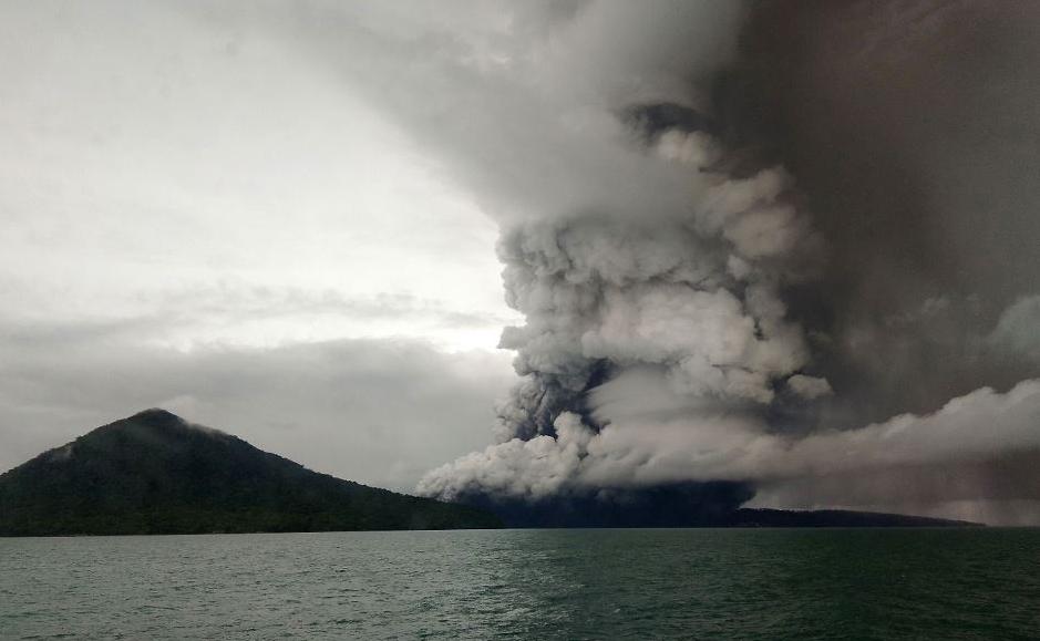 O vulcão Anak Krakatoa em erupção,visto a partir do estreito de Sunda, na Indonésia.