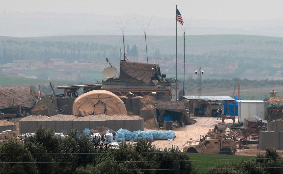 Veículos e estruturas das forças de coalizão apoiadas pelos EUA são vistas nos arredores da  cidade síria de Manbij onde grupos armados pro-turcos reforçaram a presença. Ancara ameaça uma nova ofensiva contra as forças curdas.