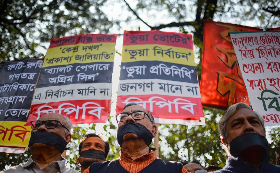 Ativistas de esquerda de Bangladesh usam pano preto para tapar a boca em um protesto contra a alegada fraude nas recentes eleições gerais em Dhaka.