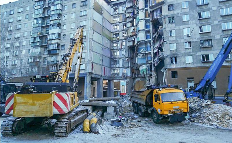 Socorristas com escavadeiras participam de uma operação de resgate, três dias depois que uma explosão de gás destruiu um edifício residencial na cidade de Magnitogorsk , na Rússia. -O número de mortos saltou para 37.