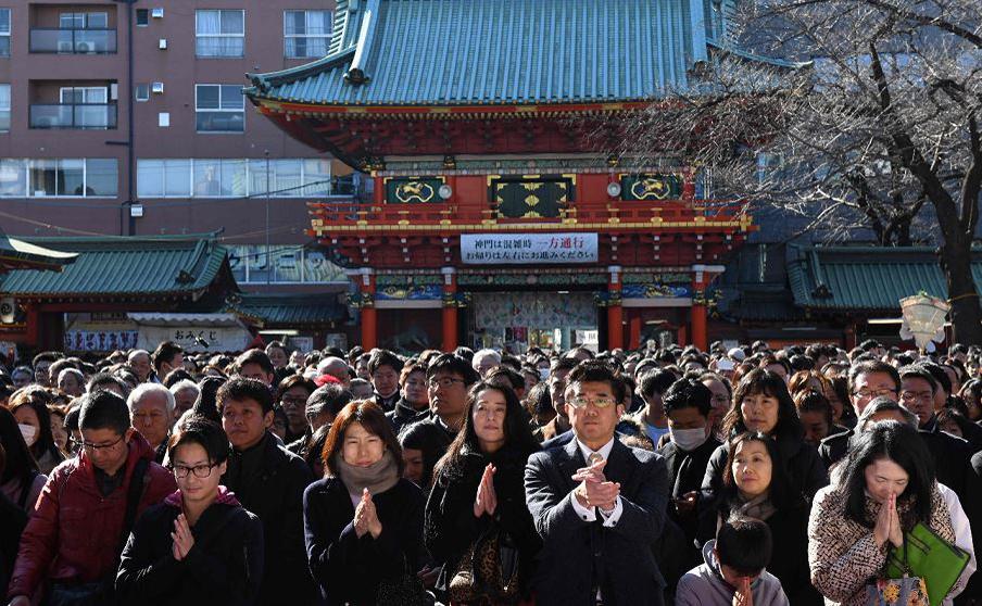 Empresários rezam por um ano de bons negócios, no santuário de Kanda, em Tóquio