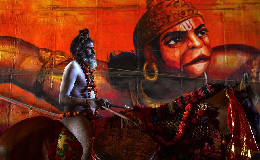 Um Sadhu (homem santo Hindu) monta um cavalo durante uma procissão religiosa em direção a Senna para chegar ao festival de Kumbh Mela em Allahabad.