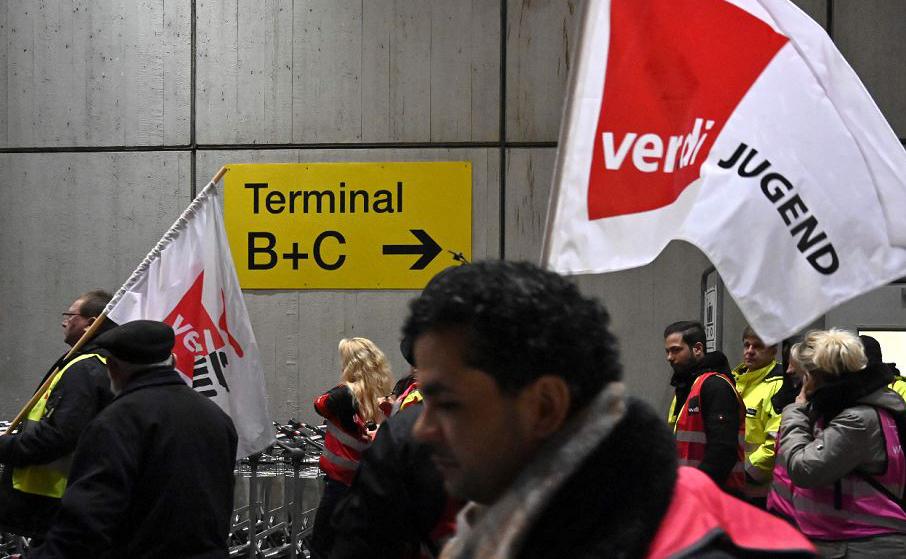 Greve de quatro horas no aeroporto de Berlim-Tegel por melhores salários e condições de trabalho provoca o cancelamento de vários vôos.