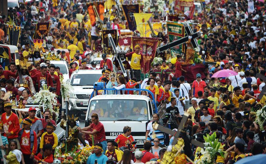Católicos participam da procissão do Nazareno Negro nas proximidades da Igreja de Quiapo em Manila.