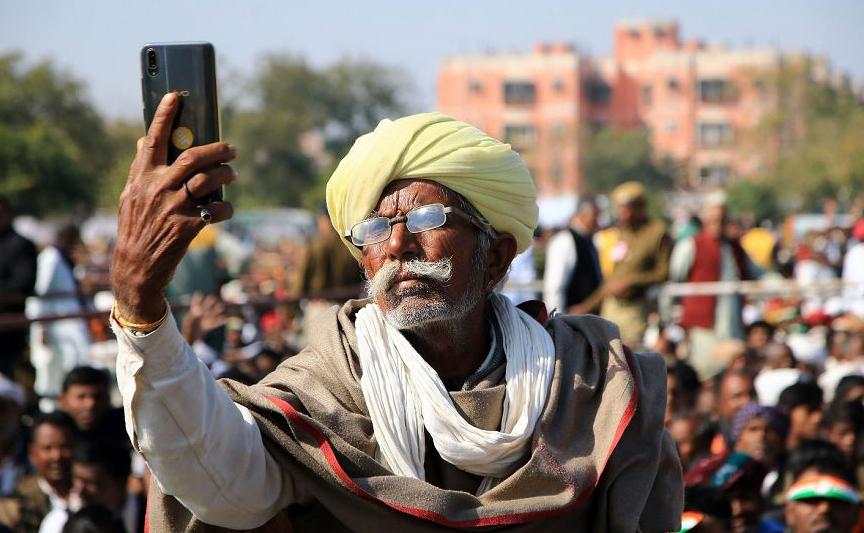 Agricultor indiano faz uma selfie  durante uma manifestação da comunidade agrícola realizada pelo líder do partido do Congresso Rahul Gandhi em Jaipur, no estado de Rajasthan.