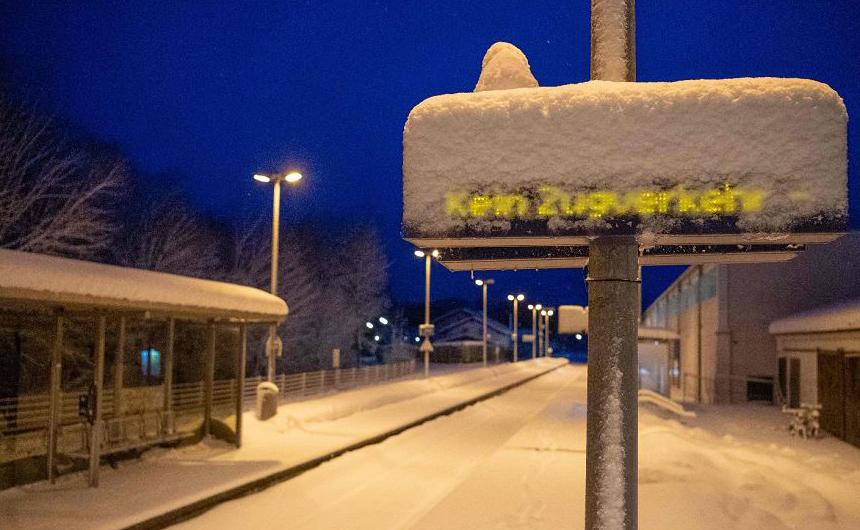 Placa indica que a ferrovia está interditada na estação de Miesbach, ao sul da Alemanha, devido à forte nevasca.