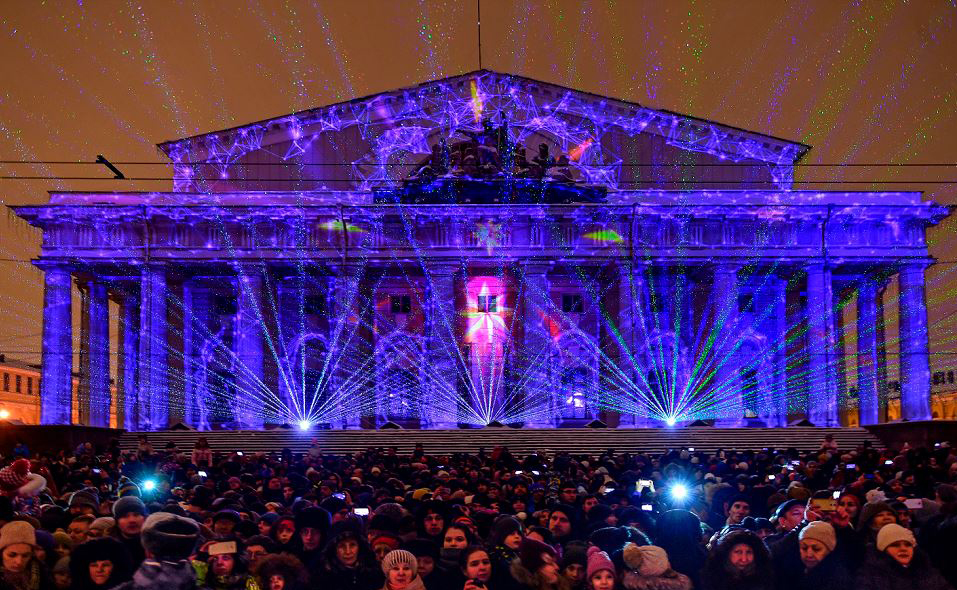 Video mapping no prédio da Bolsa de Valores no centro de São Petersburgo durante um show de luzes em Moscou.