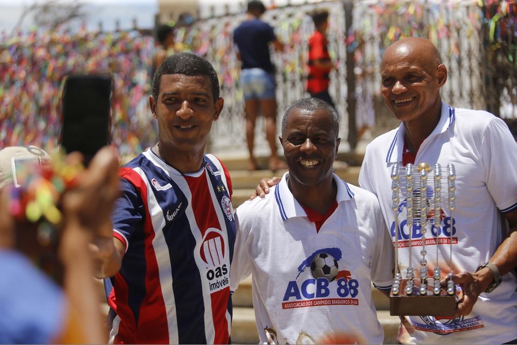 Torcedor não perde a chance de registrar o encontro com Marquinhos e Paulo Rodrigues