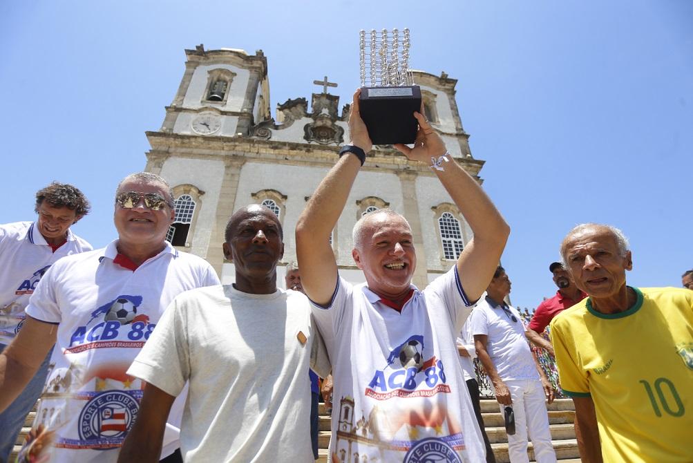 """Bobô ergue a taça ao lado de Manoel """"Chicharro"""", roupeiro de 1988, e Sandro"""