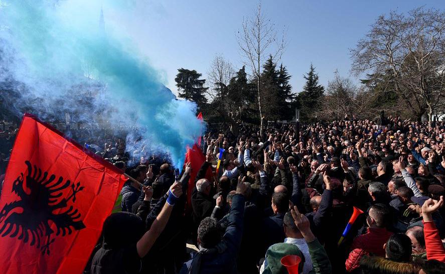 Partidários da oposição albanesa protestam em frente ao Parlamento albanês em Tirana,  exigindo a renúncia do primeiro-ministro.