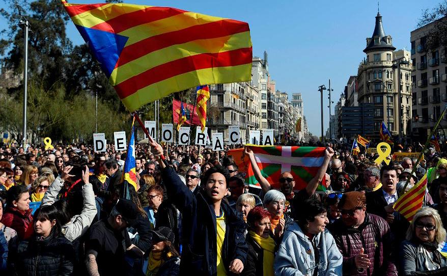 Manifestação em Barcelona contra o julgamento em Madrid de antigos líderes separatistas catalãos, durante um dia de greve.