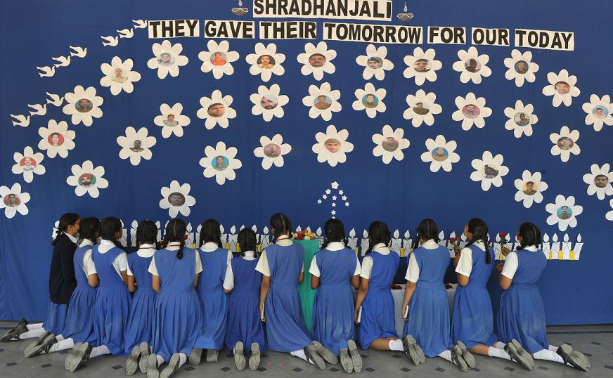 Estudantes fazem orações pelos policiais da Força de Reserva Central (CRPF) mortos em Hyderabad, após um ataque em Lethpora, na Caxemira, onde pelo menos 40 paramilitares foram mortos por explosivos escondidos numa van