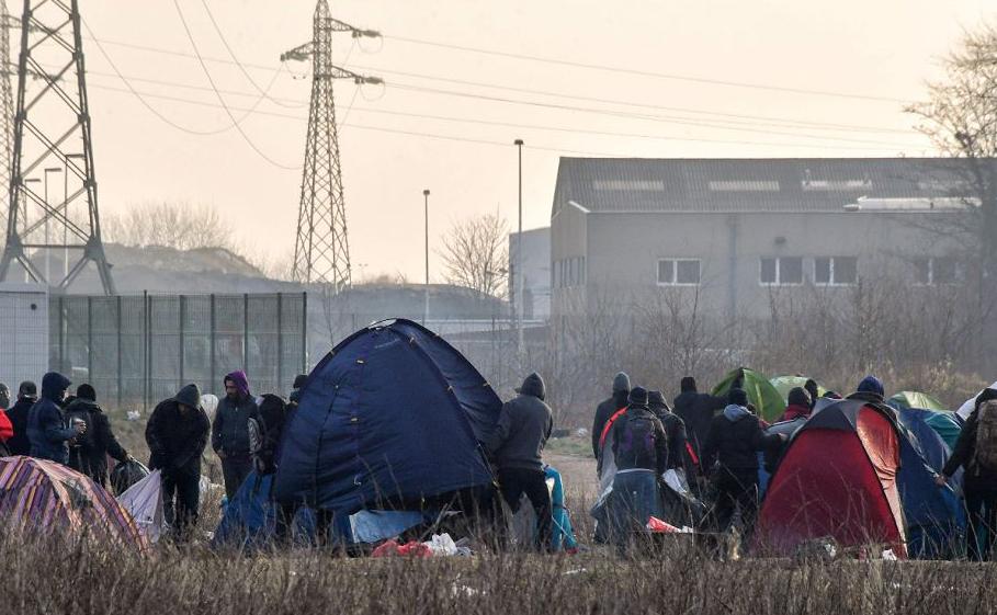 Um acampamento de migrantes é evacuado pela polícia em Calais.