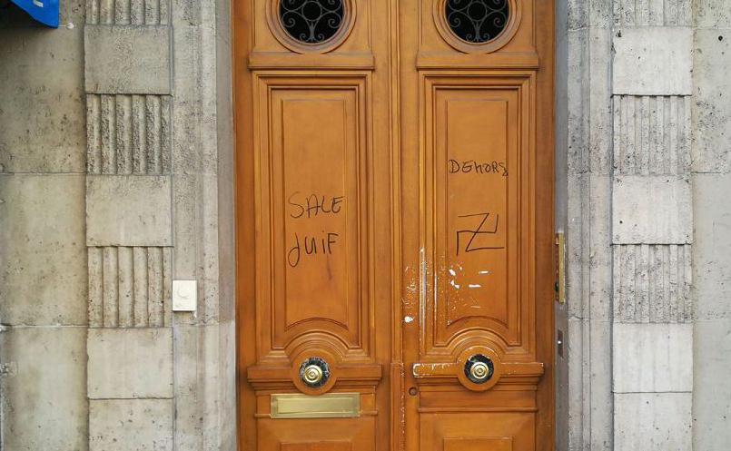 """Na rua d'Alesia em Paris começaram a surgir pichações anti-semitas dizendo """"sai judeu sujo"""" e suásticas. Nos últimos dias, a palavra """"Juden"""" (judeu alemão) foi rabiscada numa padaria e suásticas desenhadas em caixas postais."""