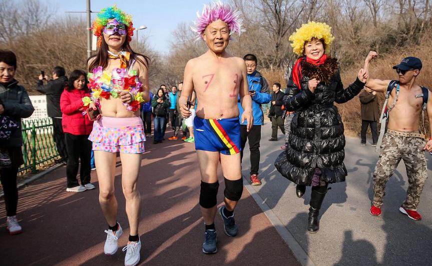 Maratona anual Undie Run realizada no parque florestal olímpico em Pequim.