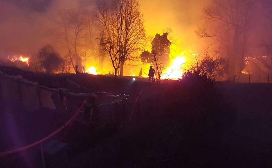 Incêndio florestal na aldeia de Sampolo, na Ilha de Córsega, no Mediterrâneo francês, que foi atingida por fortes ventos através das cadeias montanhosas.