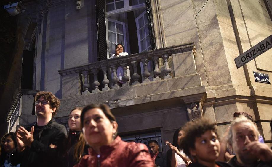 """Exibição pública do Oscar em uma tela na Praça Rio de Janeiro..--o bairro de Roma que inspirou o filme mexicano """"Roma""""..--na cidade do México."""