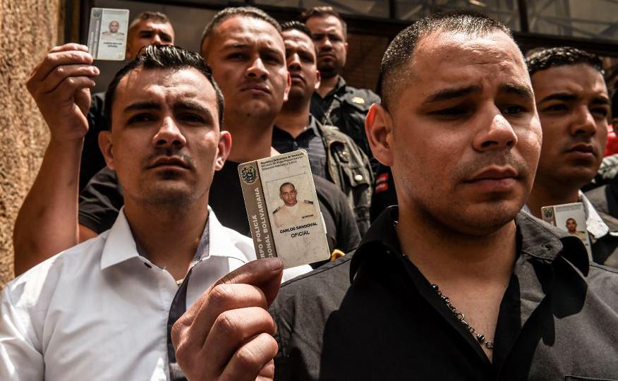 Desertores da guarda nacional da Venezuela participam de uma manifestação em apoio ao líder da oposição e presidente interino auto-declarado Juan Guaido, em frente ao Ministério das Relações Exteriores da Colômbia em Bogotá.