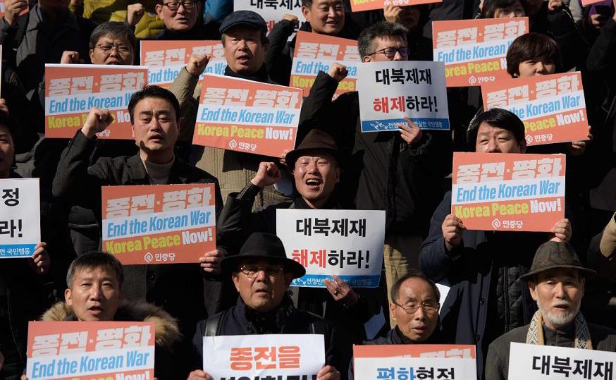 Manifestantes em Seul pedem o fim da guerra da Coreia.