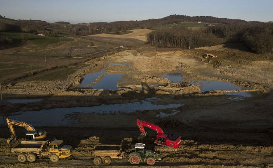 Fazendeiros usam escavadeiras na construção do futuro Lago de Caussade, que terá 20 hectares, no Pinel-Hauterive, oeste da França.-Apesar do veto do estado e o rugido dos ecologistas, o reservatório artificial será usado para irrigar 350 hectares na
