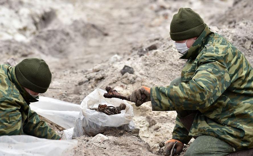 Militares de Bielorrússia escavam uma vala comum onde os prisioneiros de um gueto judeu foram enterrados pelos nazistas durante a segunda guerra mundial. O sítio está localizado na cidade de Brest.