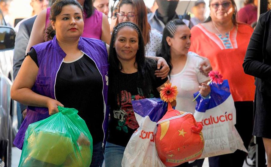 Alba Lorena Rodriguez (C) e Cinthia Marcela Rodriguez (D) são liberadas do centro de reabilitação feminino de Ilopango, El Salvador. O Supremo tribunal ordenou a libertação de três mulheres cumprindo pena de 30 anos sob acusação de aborto.